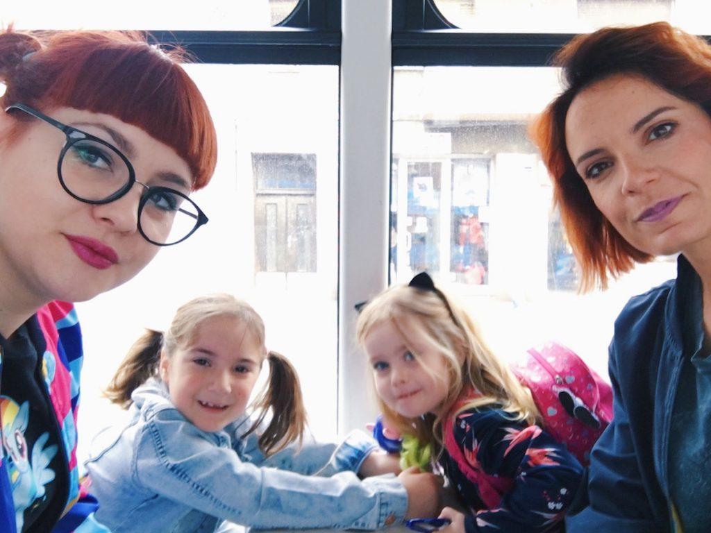 Mame i kćeri u tramvaju
